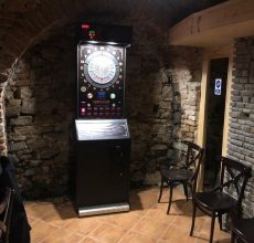 Medzi veľmi populárne zábavné automaty patria elektronické šipky, ktoré sa cez víkendy nezastavia